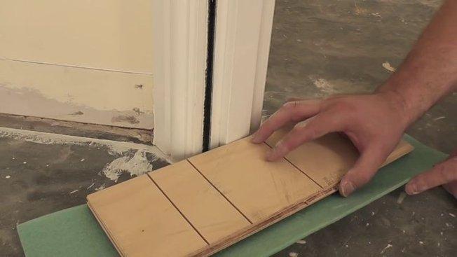 couper et bien ajuster un bas de porte pour la pose de parquet. Black Bedroom Furniture Sets. Home Design Ideas