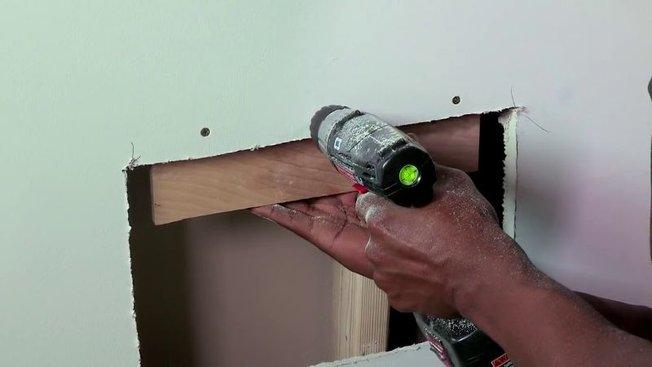 comment boucher un trou dans une cloison en placo pl tre. Black Bedroom Furniture Sets. Home Design Ideas