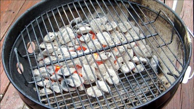 solution de facilit pour allumer un barbecue charbon de bois. Black Bedroom Furniture Sets. Home Design Ideas