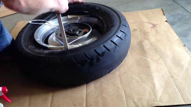 Changer un pneu moto cross