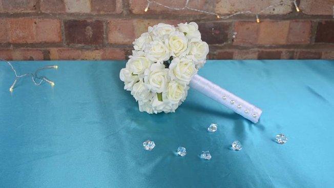 comment r aliser un bouquet de mari e partir de fleurs artificielles. Black Bedroom Furniture Sets. Home Design Ideas